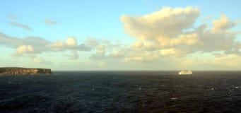 Nave da crociera che traversa nell'oceano del Pacifico Meridionale Immagine Stock