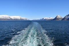Nave da crociera che viaggia fuori un fiordo norvegese Immagine Stock