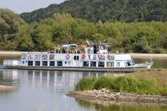 Nave da crociera con i turisti sul fiume la Vistola, Kazimierz Dolny, Polonia Immagine Stock Libera da Diritti