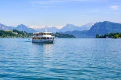 Nave da crociera davanti ai picchi di montagne delle alpi sul lago Lucerna, interruttore Fotografie Stock Libere da Diritti