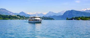 Nave da crociera davanti ai picchi di montagne delle alpi sul lago Lucerna, interruttore Fotografie Stock
