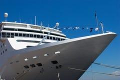 Nave da crociera del passeggero ancorata nel porto immagini stock libere da diritti
