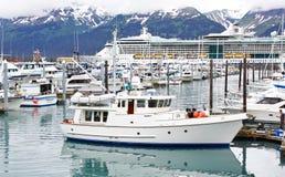 Nave da crociera del porto della piccola barca dell'Alaska Seward Immagine Stock