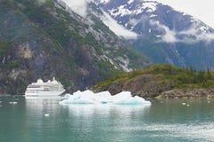 Nave da crociera dell'Alaska con l'iceberg Fotografie Stock Libere da Diritti