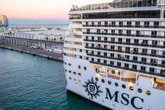 Nave da crociera della fantasia del MSC messa in bacino al terminale del porto di crociera di Barcellona al tramonto con l'hotel  immagini stock libere da diritti