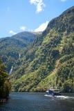 Nave da crociera a Fiordland in Nuova Zelanda Immagine Stock