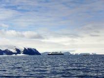Nave da crociera in Gustaf Sound, mare di Wheddle, Antartide Immagini Stock Libere da Diritti
