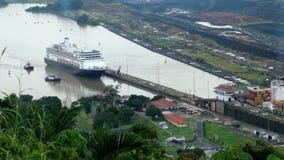 Nave da crociera (linea di crociera di Hollandamerica) in canale di Panama video d archivio