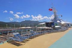 Nave da crociera in mare, piattaforma di lido Fotografie Stock