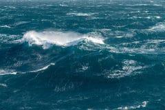 Nave da crociera moderna che attraversa through mari agitati fotografie stock libere da diritti
