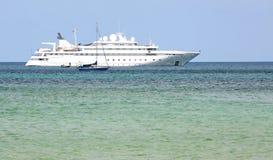 Nave da crociera nel mare di Andaman fotografia stock libera da diritti