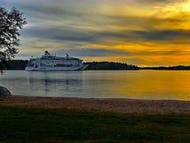 Nave da crociera nel tramonto dell'arcipelago di Stoccolma immagine stock libera da diritti