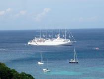 Nave da crociera nella baia di Ministero della marina, Bequia Fotografia Stock