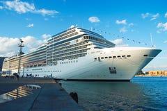 Nave da crociera nella porta La nave da crociera del MSC Poesia doched a porto di Antalia Fotografia Stock