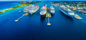 Nave da crociera in porto nel mare delle Bahamas fotografia stock libera da diritti