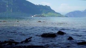 Nave da crociera sopra con i turisti sul lago Lucerna in Svizzera stock footage