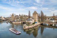 Nave da crociera sul canale dell'acqua vicino al piccolo distretto della Francia in Strasb Fotografie Stock Libere da Diritti