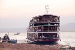 Nave da crociera sul fiume di Irrawaddy in Bagan, Myanmar immagine stock libera da diritti