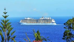 Nave da crociera sulla costa dell'isola atlantica del Madera fotografia stock libera da diritti