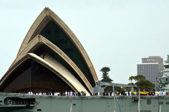 Nave da guerra di HMAS Canberra ancorata al teatro dell'opera Fotografia Stock Libera da Diritti