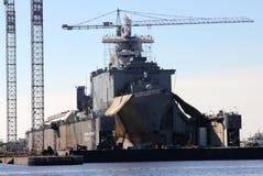 Nave da guerra militare nell'ambito della riparazione in Norfolk, la Virginia Immagine Stock