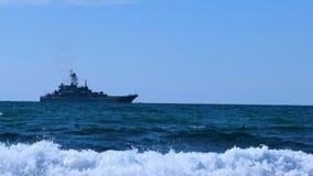Nave da guerra sull'orizzonte di mare stock footage