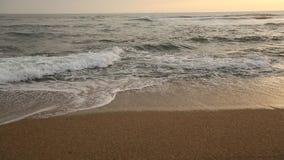 nave De brandingsplonsen van de Atlantische Oceaan op zonsondergang (HD) stock video