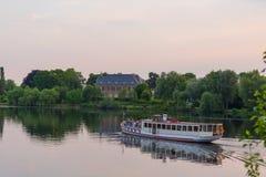 Nave de Havel delante del chalet Foto de archivo