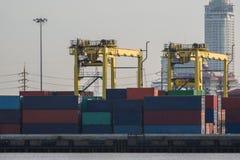 Nave de la carga del cargo del envase con el puente de trabajo de la grúa en astillero Imagen de archivo libre de regalías