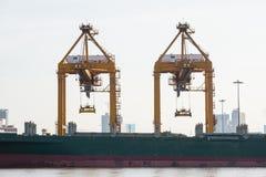 Nave de la carga del cargo del envase con el puente de trabajo de la grúa en astillero Fotografía de archivo