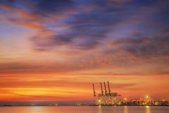 Nave de la carga del cargo del envase con el puente de trabajo de la grúa en shipya Imágenes de archivo libres de regalías