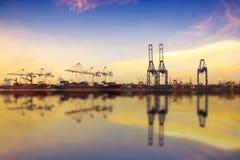 Nave de la carga del cargo del envase con el puente de trabajo de la grúa en shipya foto de archivo