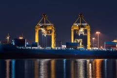 Nave de la carga del cargo del envase con el puente de trabajo de la grúa en shipya Imagen de archivo