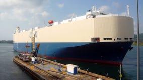 Nave de la carga del coche en el Canal de Panamá Imagen de archivo