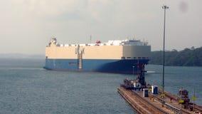 Nave de la carga del coche en el Canal de Panamá Imagen de archivo libre de regalías