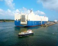 Nave de la carga del coche en el Canal de Panamá Foto de archivo