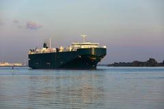 Nave de la carga en el río de Elbe foto de archivo libre de regalías