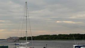 nave de la Cuatro-cubierta en el río almacen de video