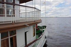 nave de la Dos-cubierta con la bandera en el río Fotos de archivo libres de regalías
