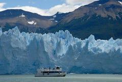 Nave de la excursión cerca del glaciar de Perito Moreno fotos de archivo