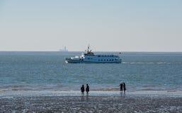 Nave de la excursión en el Mar del Norte de Schleswig-Holstein imagen de archivo