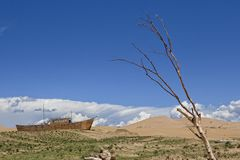 Nave de madera en el desierto Fotos de archivo libres de regalías