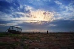 Nave de madera grande en el cloudscape dramático de la playa Foto de archivo libre de regalías