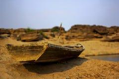 Nave de madera vieja dañada en la tierra seca Foto de archivo libre de regalías