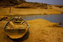 Nave de madera vieja dañada en la tierra seca Fotografía de archivo libre de regalías