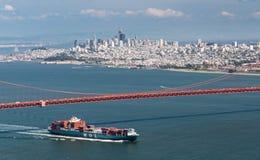 Nave de MOL Guardian Container que inscribe a San Francisco Bay debajo de puente Golden Gate Fotografía de archivo