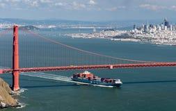 Nave de MOL Guardian Container que inscribe a San Francisco Bay debajo de puente Golden Gate Fotos de archivo