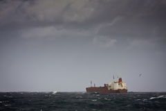 Nave de petrolero en los mares tempestuosos Foto de archivo