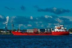 Nave de petrolero roja imágenes de archivo libres de regalías