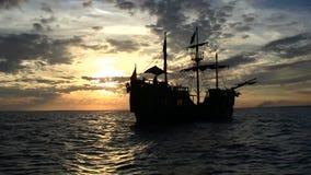 Nave de pirata en la puesta del sol almacen de video
